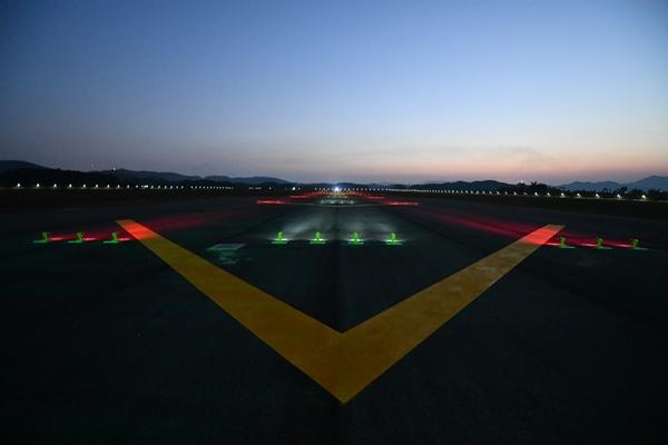 Đường cất hạ cánh trong đêm.